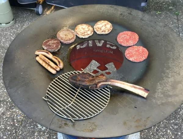 BBQ-Feuerplatte-Griddleplatte-Ugly-Drum-Smoker