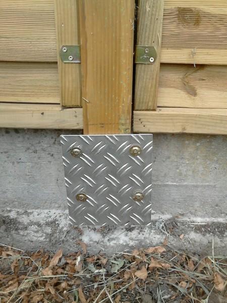 Gartenzaun-Halterung-aus-Blech-Metal-Aluminium
