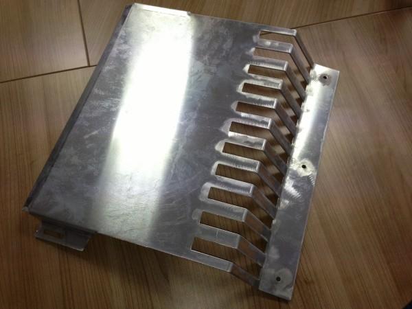 Aluminiumblech-als-Unterbodenschutz-f-r-die-lwanne-eines-alten-Mini